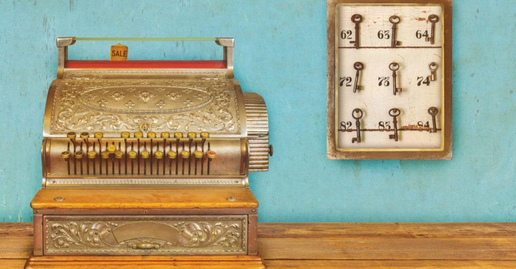 Eine altmodische Kasse mit einem Schlüsselbrett
