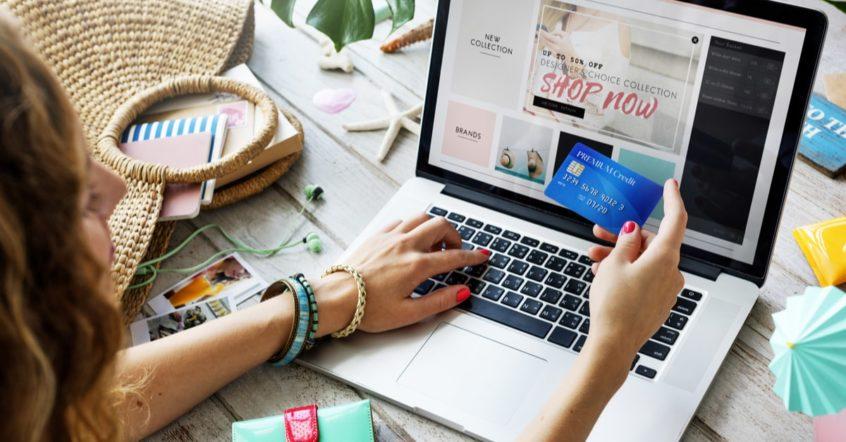 Eine Frau beim online-Shopping vor ihrem Laptop