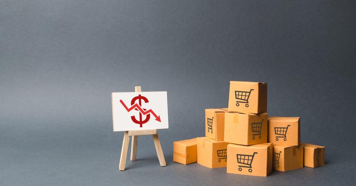 Verschiedene Pakete vor einer Schautafel mit negativer Bilanz
